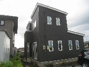 黒一色の外装材でシャープに見える建物です<br />省令準耐火構造で火災保険料が約1/2になりました