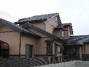 ダイナミックに広がる大屋根と2間続きの和室を持つ伝統的和風住宅です。<br />玄関を入ると真っ先に飛び込んでくる1尺角の通し柱と2階天井までの吹き抜けがあり、 <br />圧倒されるほどの感動があります。