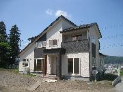 オール電化住宅。6LDKの広々とした間取り。ダイナミックな屋根が目立ちます。